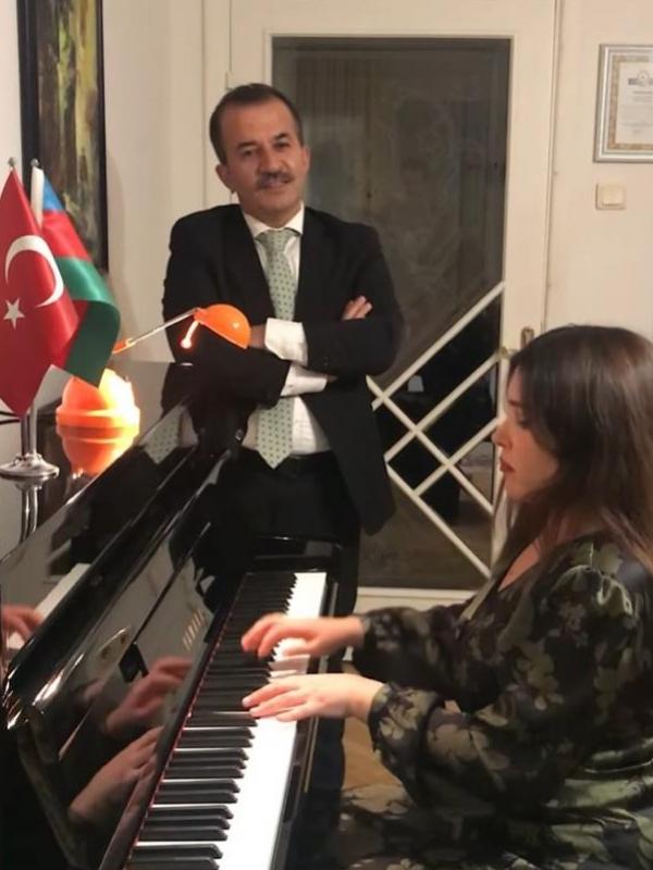 """""""Her sabah düşmanlar bilmesin diye umutlarımı pencereye asarım."""" Azerbaycan Devlet Sanatçısı sevgili Turan Manafzade ile keyifli bir piyano dinletisi…"""